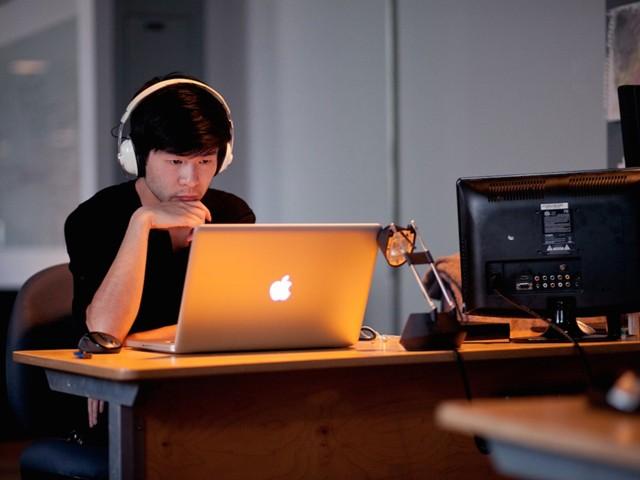 Bổ sung tính năng tự tắt âm khi ngắt kết nối tai nghe trên Windows 10 - Ảnh 1.